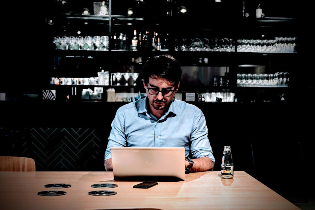 A student studying online to become a bartender